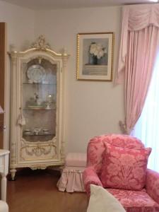 花の絵の額縁とピンクの部屋